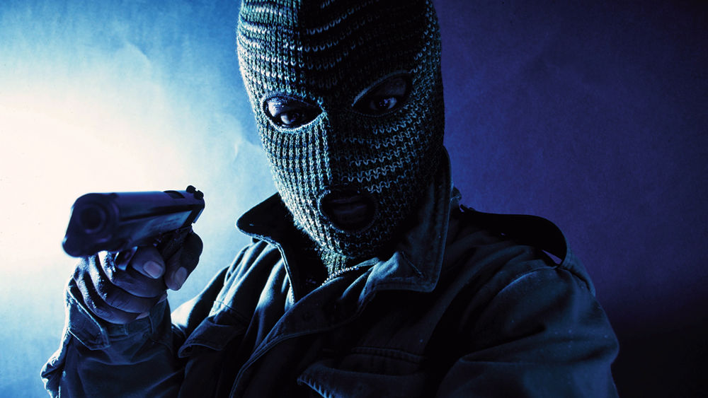 nuovo di zecca noi sporchi rivenditore sporco Passamontagna e pistola per rapinare l'ufficio postale di Secchiano
