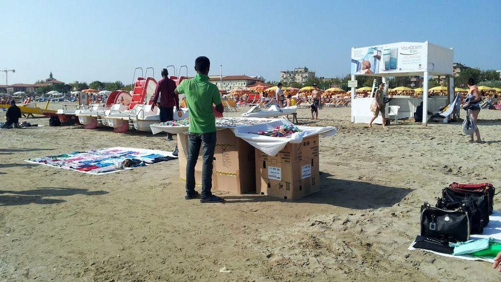 Vu cumprà in spiaggia: ai venditori abusivi via il ...